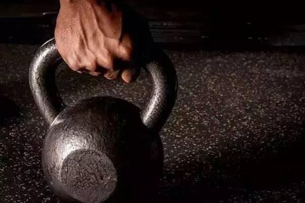 """""""壺鈴地板臥推,一個動作讓你的胸肌更加強壯"""""""