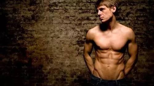 """""""上胸肌薄弱?四個動作讓你練出完美胸肌"""""""