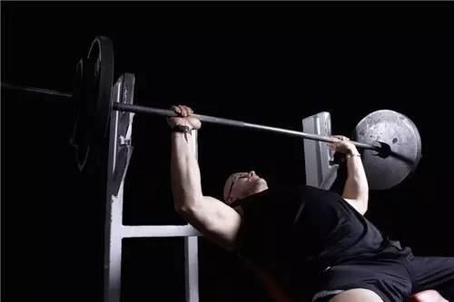 兩個原因,導致你臥推時手臂酸脹無力