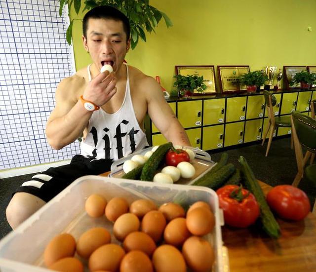 """""""西安肌肉男健身一天吃40顆雞蛋!他是瘋了嗎還是做得好?"""""""