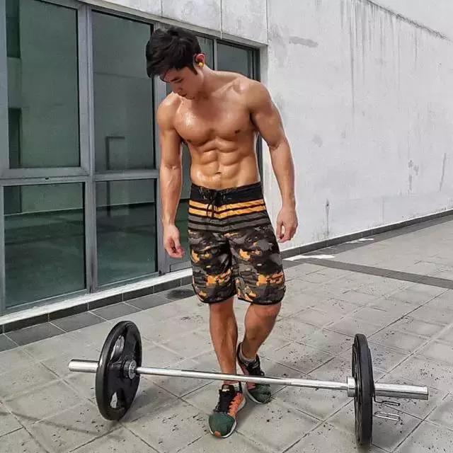 他從胖子變身肌肉男,胸肌腹肌完美,走紅馬來西亞