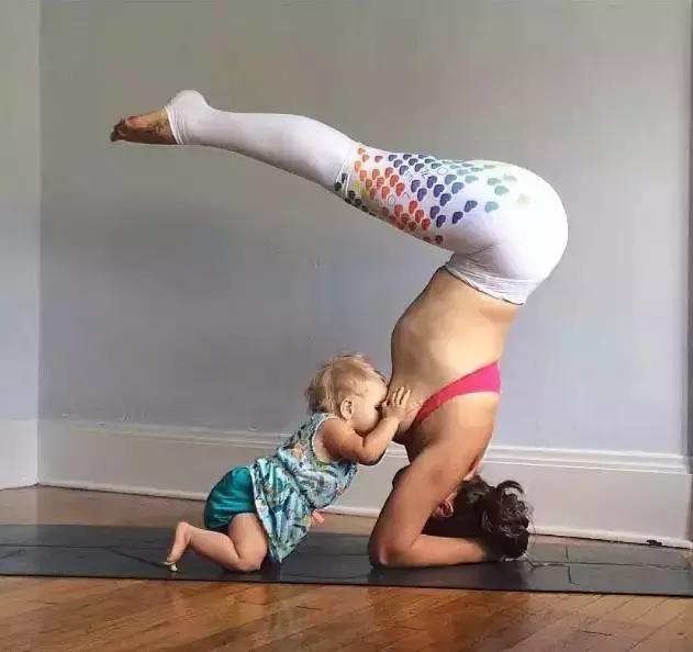 她一邊練瑜伽一邊餵奶,畫面有點辣眼睛
