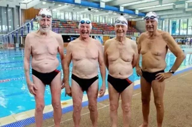 4位老人走進澳洲一家游泳館,脫光衣服後,所有人都被震撼了