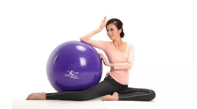 """""""健身球也能練腹肌?兩個動作練出你的核心力量"""""""