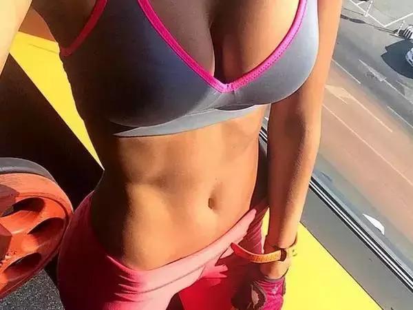 吃驚!女生千萬不要練這幾個動作,胸真的會變大!