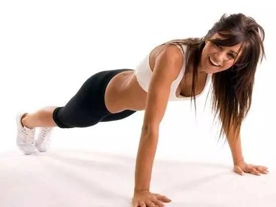 想隨時隨地練胸肌?試試經典俯臥撐的兩個變換