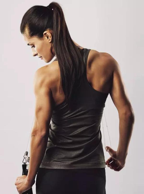健身男女都需要練背,練背就一個字——拉!