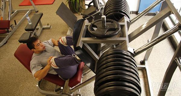 舉腿負重可別亂練!教你怎麼保護膝蓋