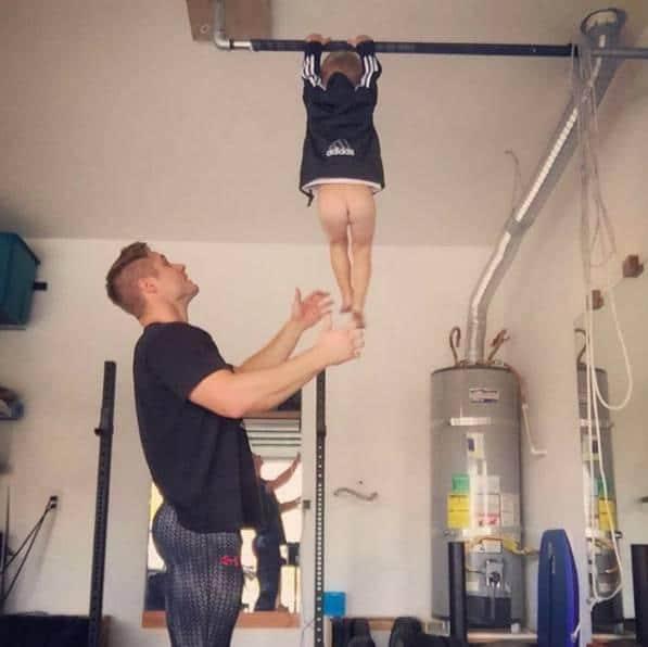 最帥奶爸跟3歲兒子玩健身,秀的不僅是八塊腹肌!