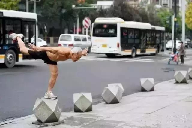 中國73歲大爺,每天100個俯臥撐打底,一身健碩的肌肉完爆小鮮肉!