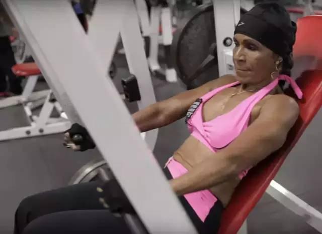 她56歲開始健身,在80歲這年,有了比18歲還要驚豔的身材!