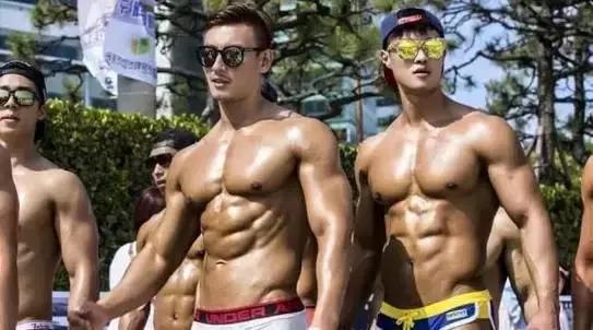 一群肌肉男大街上秀肉,肌情四射!