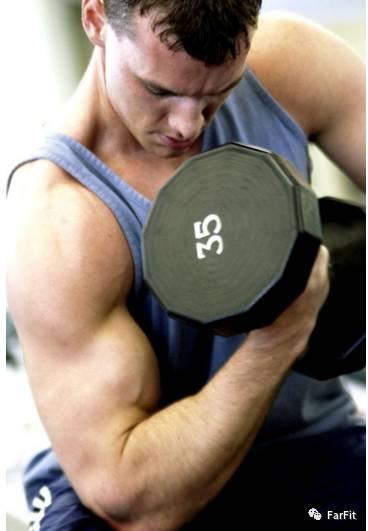 只需一副啞鈴,在家也可以練出胸肌、背肌、手臂!