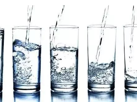 每天喝3升水身體會發生什麼變化?這兩位妹子嘗試過後,有點吃驚……