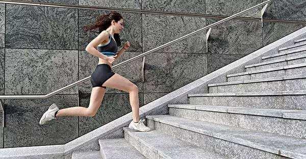 一组高强度楼梯训练,利用楼梯烧掉全身脂肪!