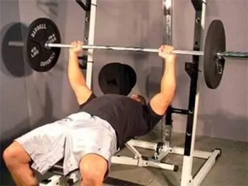 一個完美的臥推動作,給你胸肌持久的刺激!